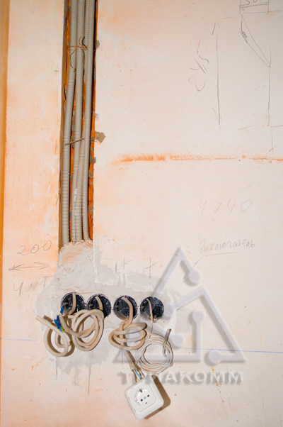 Фото выполненного монтажа электропроводки и подрозеточных коробок в стене.