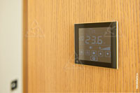 Фото комнатного термостата Thermokon LCF Touch в гостевой спальне квартиры