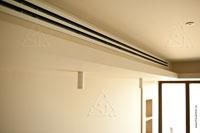Фото щелевой решетки в гостиной для забора воздуха в канальный кондиционер