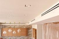 Фото выполненного монтажа щелевых решеток для забора воздуха в канальный кондиционер и подачи воздуха от вентиляционной установки и от канального кондиционера