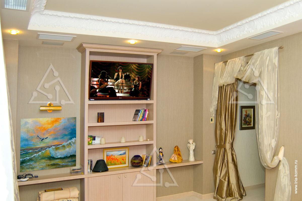 Телевизионная панель в спальне.