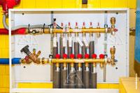 Фото коллекторного шкафа системы напольного отопления на базе оборудования Roth