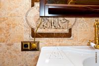 Фото установленных электрических розеток в ванной комнате загородного дома