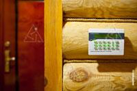 Фото панели управления системы Napco, серии GEMINI на входе в дом