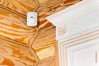 Датчик системы оповещения о проникновении в деревянном доме