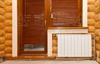 Фото панельного радиатора отопления у окна в комнате
