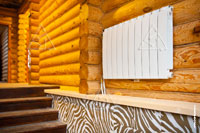 Фото панельного радиатора отопления на лестничном пролете деревянного дома